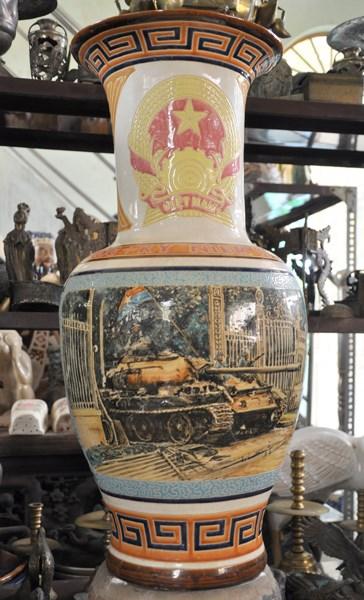 Bình gốm sứ vẽ hình xe tăng húc đổ cổng Dinh Độc Lập, kỷ niệm 10 năm Ngày giải phóng miền Nam