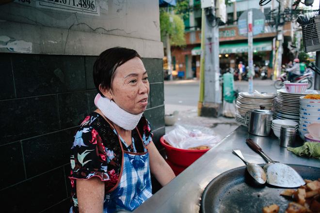 Bà Ngọc bị thoái hóa đốt sống cổ, không nên đứng lâu, cúi nhiều, nhưng nhớ thương những cục bột hình chữ nhật, bà vẫn bán hàng suốt 43 năm nay.