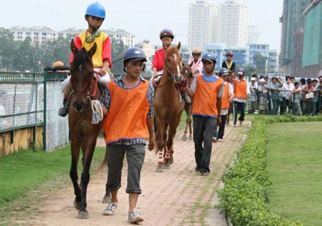 Đội ngũ nài ngựa ở trường đua Phú Thọ ngày ấy.