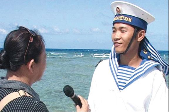 Nhà báo Thanh Bình (PV Tạp chí Người Làm Báo) phỏng vấn tại đảo Trường Sa Đông. Ảnh: T.B