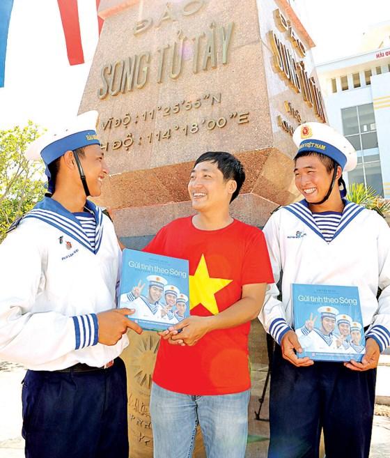 Phóng viên Việt Dũng tặng các chiến sĩ tại đảo Song Tử Tây sách ảnh về Trường Sa