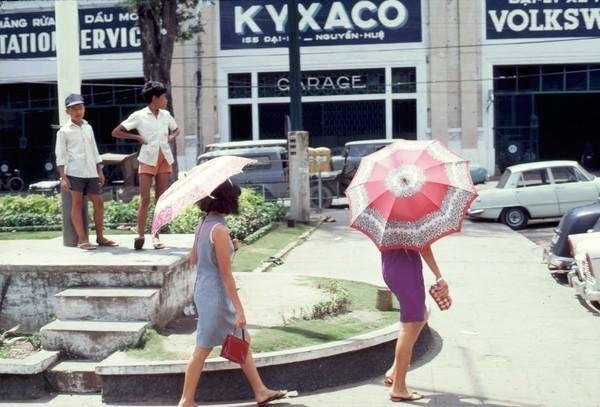 Sài Gòn luôn nắng nóng quanh năm nên dù cũng là phụ kiện không thể thiếu của chị em thời đó.