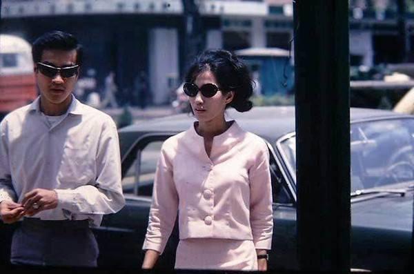 Một quý cô hiện đại với đồ Âu, kính mát và kiểu tóc đặc trưng Sài Gòn.