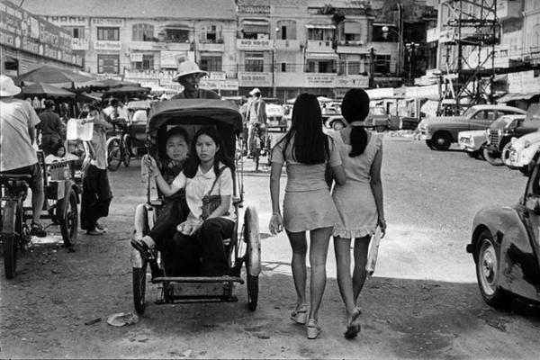 Ngoài đi bộ dạo phố, nhiều quý bà, quý cô còn chọn xích lô làm phương tiện di chuyển hàng ngày.