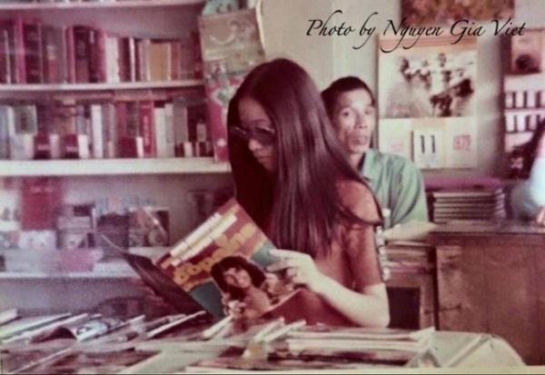Một cô gái đang chăm chú đọc tạp chí Salut Les Copains magazine - tạp chí Pháp rất nổi tiếng vào những năm 60 tại Sài Gòn.