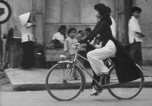 Áo dài và xe đạp là hình ảnh thường thấy trong những hình chụp phụ nữ Sài Gòn hơn nửa thế kỷ trước.