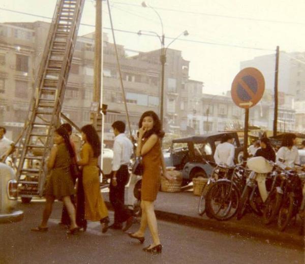 Phụ nữ Sài Gòn ngày trước cũng rất ưa đi mua sắm, vào những buổi cuối ngày mát mẻ, chị em hay rủ nhau đến các thương xá để chọn mua những món đồ yêu thích.