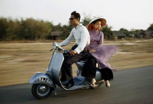 Áo dài, nón lá và đôi guốc vài phân là những món đồ thời trang không thể thiếu của phụ nữ Sài Gòn thời trước.