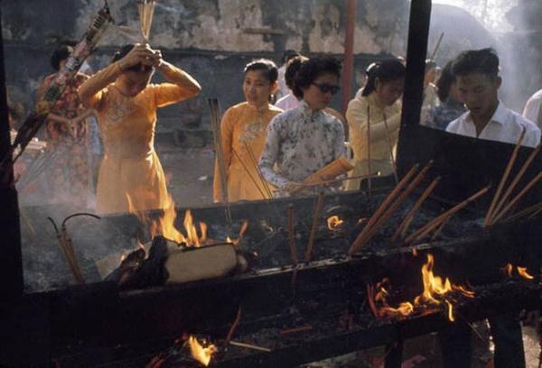 Khi phụ nữ Sài Gòn đi lễ chùa đầu năm.