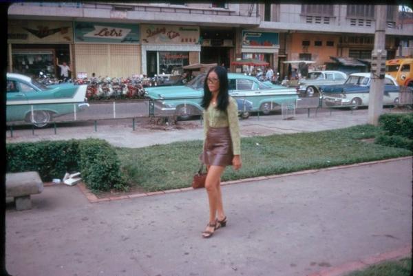 Một lối nhỏ kinh kỳ hoa lệ có cô gái Sài Gòn đang vội chân đi.