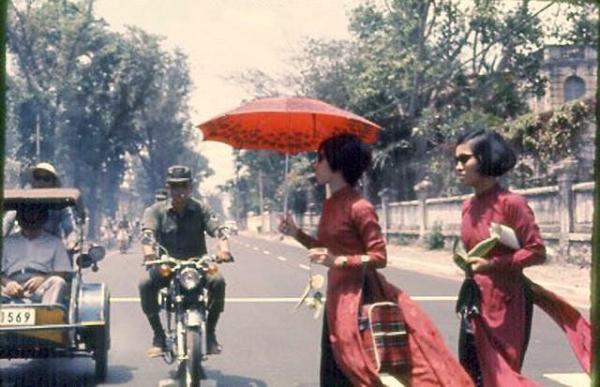 Những quý bà thành đô đang qua đường trong những ánh nhìn ngẩn ngơ.