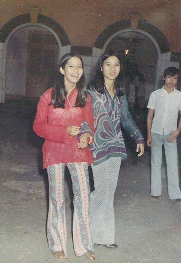 Quần ống loe - mốt của những năm 70 được phụ nữ Sài Gòn nhiệt liệt chào đón.