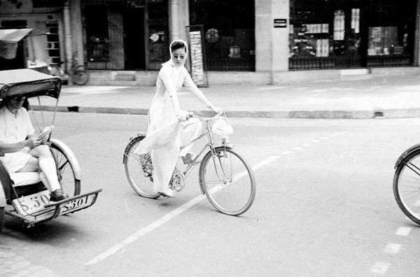 Một cô gái mặc áo dài trắng, đeo khăn trắng và tạo điểm nhấn bởi cặp kính đen, trông không khác nào một bức ảnh bìa của tạp chí nước ngoài.