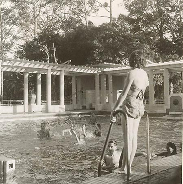 Có lẽ, chẳng nơi đâu phụ nữ Sài Gòn thể hiện sự quyến rũ của mình hơn ở hồ bơi. Áo tắm phải được lựa chọn kỹ càng, vừa vặn và tôn dáng, nhưng cũng phải hở một tí cho quyến rũ.