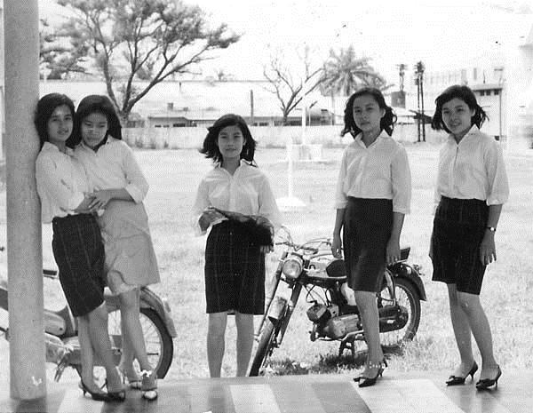 Sơ mi trắng và chân váy ngang đầu gối cũng là một mốt thời mấy chục năm trước của những cô nàng trẻ trung hiện đại.