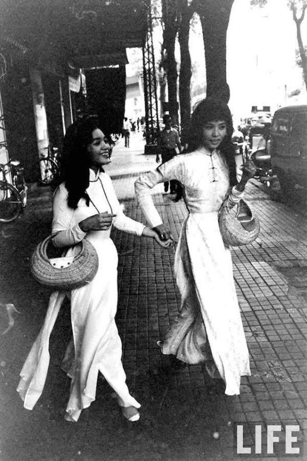 Cách ăn mặc và ngôn ngữ cơ thể cũng đủ để chứng minh đặc tính phóng khoáng của phụ nữ Sài Gòn nửa thế kỷ trước. Áo dài nền nã là vậy, phụ nữ Sài Gòn dường như vẫn chẳng e ấp mà rất cởi mở, tự tin trong phong thái.