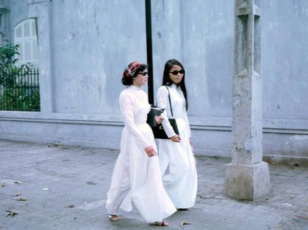 Nhưng suy cho cùng, dù Sài Gòn ngày ấy có tân thời cách mấy, những người phụ nữ vẫn ưu ái chọn chiếc áo dài mỗi khi xuống phố.