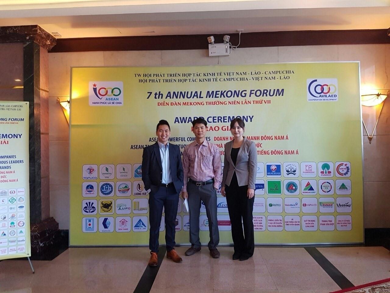 Sasha (ngoài cùng bên phải) chụp ảnh cùng các doanh nhân tại Việt Nam