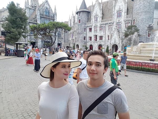 Cặp đôi chụp ảnh tại khu du lịch Bà Nà