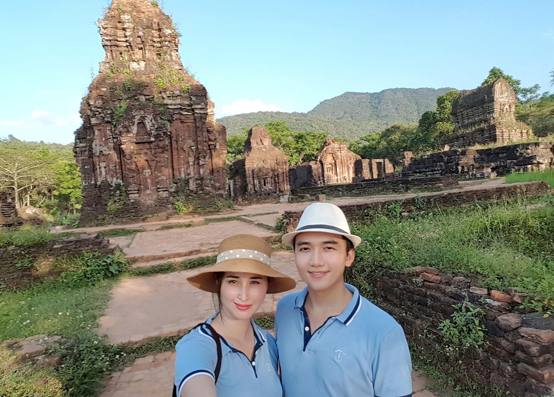 Mỗi khi đi du lịch cả hai đều sẽ chụp hình tại tất cả các địa điểm để làm kỷ niệm ẢNH: NVCC