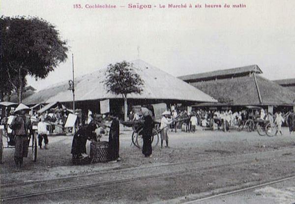 Chợ Bến Thành cũ tấp nập từ rạng sáng với đường xe đện (tramway) đi Chợ Lớn. Dòng chữ trên bưu ảnh: Nam kỳ - SÀI GÒN - Chợ lúc 6g sáng - Ảnh tư liệu