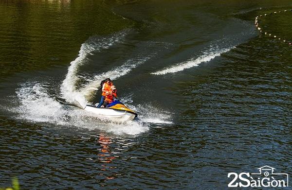 Du Thuyền, Jetski, Kayak, Phao Chuối, Phao bay… tưởng như chỉ là những trò chơi đặc trưng ở biển, thế nhưng chúng ta cũng có thể thỏa sức khám phá khi đến với Madagui. Càng đặc biệt hơn khi toàn bộ khu hồ với diện tích 24 hecta này là một hồ nước nhân tạo. Được biết, trước đây khu vực này là đầm lầy, sau khi được cải tạo, đắp đập để trữ lượng nước mưa tự nhiên trong suốt 10 năm ròng đã hình thành nên quần thể hồ Thác Voi đầy thơ mộng nhưng cũng không kém phần sôi động của ngày hôm nay