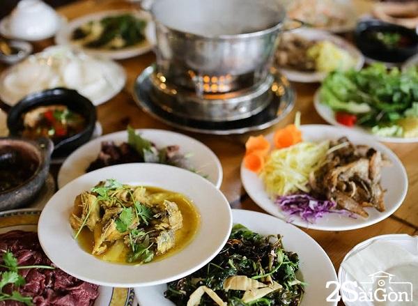 Thưởng thức nhiều món ăn hấp dẫn mang hương vị núi rừng được phục vụ du khách
