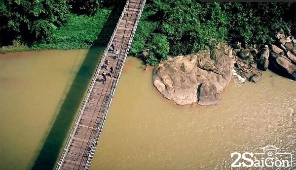 Nằm trên tuyến quốc lộ 20 nối hai trung tâm du lịch Tp. Hồ Chí Minh và Đà Lạt, ở Km 152 thuộc khu phố 1, thị trấn Madagui, huyện Đạ Huoai (Lâm Đồng), Khu du lịch sinh thái Rừng Madagui là một điểm du lịch nổi tiếng, mang đến cho du khách những trải nghiệm tuyệt vời về cả một vùng thiên nhiên hoang sơ, kỳ thú.