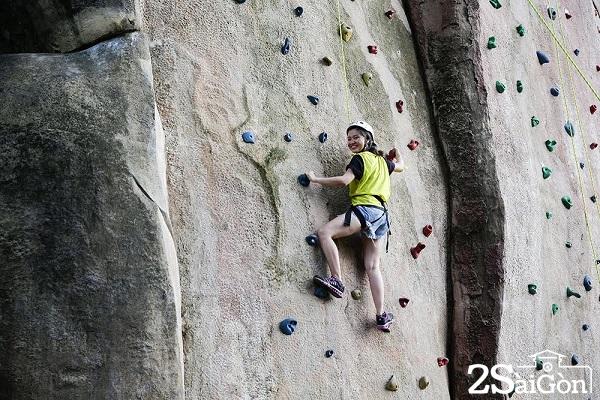Tham gia trò chơi mạo hiểm leo núi