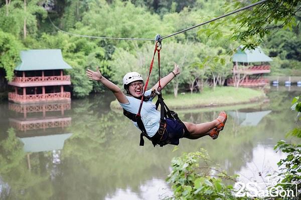 Trò chơi Zipline tại Madagui được thiết kế bởi các chuyên gia hàng đầu tại Hàn Quốc và được thi công bởi viện Cơ Học Việt Nam. Không chỉ độ cao, bạn còn phải vượt qua giới hạn của sự can đảm khi băng mình từ độ cao cách mặt đất 40m qua hồ Cá Sấu và dòng sông Đạ Huoai cuồn cuộn chảy ngay bên dưới.