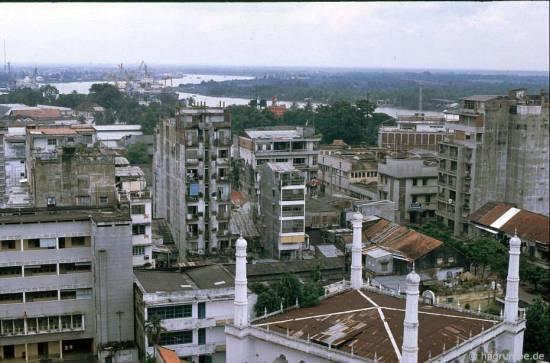 Từ sân thượng của khách sạn Caravelle       bạn có thể nhìn vẻ đẹp của thành phố.