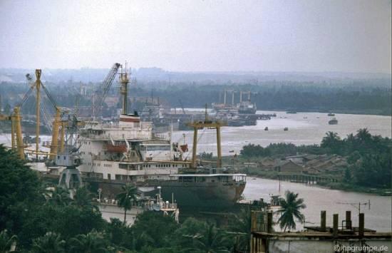 ... với thấp thoáng dòng sông Sài Gòn uốn lượn.