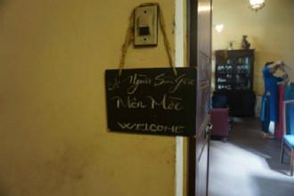 Nằm trên con đường một chiều Thái Văn Lung, quận 1, quán cà phê Người Sài Gòn được xem như căn nhà quen thuộc chào đón những vị khách tìm đến sự bình yên. Chung cư nhìn bên ngoài khá cũ kỹ và cầu thang lên hơi tối do ánh sáng đèn vàng mang lại cảm giác bí ẩn. Khi bước qua những bậc thang, ngay tại tầng 1 bạn sẽ gặp ngay biển hiệu của quán.