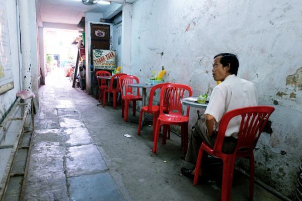 Bàn ghế được xếp dọc theo con hẻm.