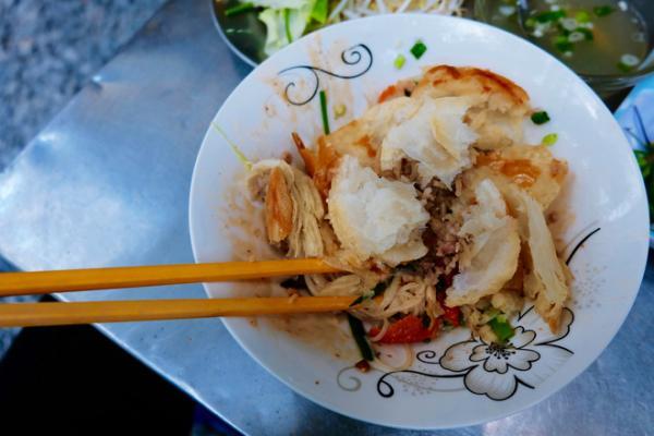 Bánh Pate chaud được xé nhỏ trộn với hủ tiếu, đây là món ăn khá phổ biến của giới công chức Sài Gòn xưa.