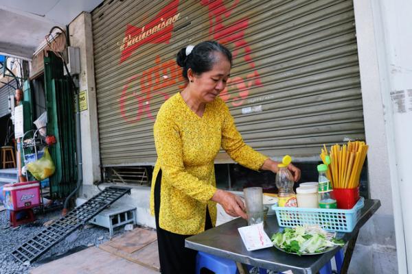 Cô Tươi là vợ của chú Thanh, từ hồi lấy chú cô về chăm lo cho tiệm hủ tiếu đến bây giờ.