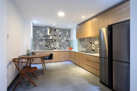 Bếp nấu hiện đại được bổ sung thêm chi tiết gạch bông quen thuộc.