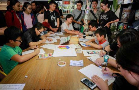 """Các bạn trẻ tham gia vẽ ý tưởng về những góc nhỏ Sài Gòn sau khi xem triển lãm. """"Chúng tôi mong muốn triển lãm sẽ truyền cảm hứng cho mọi người vẽ ý tưởng về không gian sống xung quanh họ, ở mọi vùng miền, từ đó tạo nên những góc nhỏ thân thương của đất nước mình"""", Thái Thanh, đại diện nhóm, chia sẻ."""