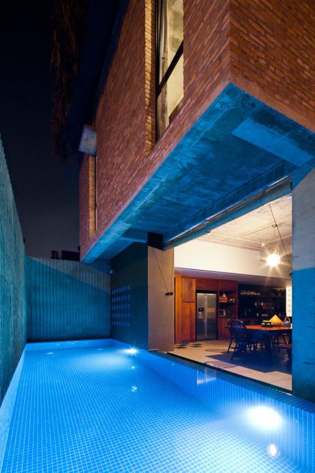 Một bể bơi xanh mát với diện tích nhỏ đặt bên hông nhà khiến không gian thêm thoáng đãng, mát mẻ.