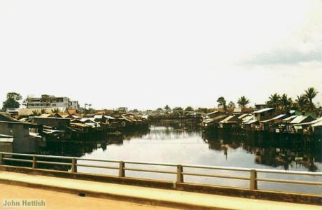 Trên cầu Phan Thanh Giản (cầu Điện Biên Phủ ngày nay).
