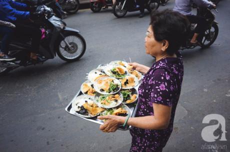 Cái khó khăn mà dí Sáu hay nói tới khi buôn bán là những lần mang sang đường cho khách ngồi ăn. Xe thì đông nên cũng không ít lần gặp va quệt nho nhỏ.