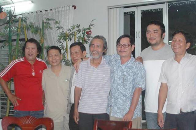 Tác giả (thứ 2 từ trái qua) chụp hình kỷ niệm với đồng hương Quảng Trị