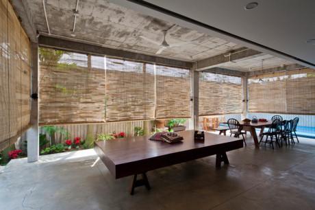 Không gian tầng một được bảo vệ với hệ thống mành tre mỗi khi ánh nắng chiếu vào.