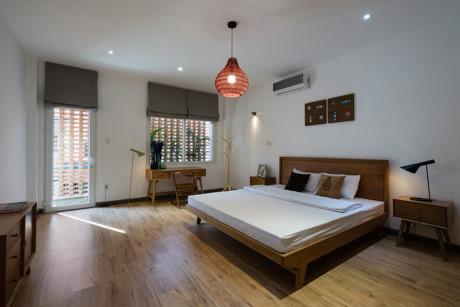 Đồ nội thất gỗ tự nhiên với đường nét thiết kế đơn giản, có chọn lọc giúp cho các phòng thân thiện, ấm cúng.