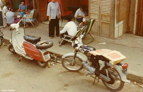 Những chiếc xe máy bên vỉa hè.