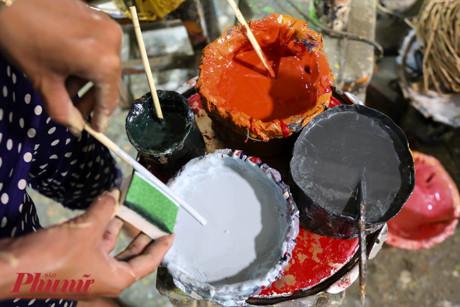 Để tạo nên các họa tiết và phối cảnh sinh động, người thợ phải phối nhiều loại sơn với nhau.