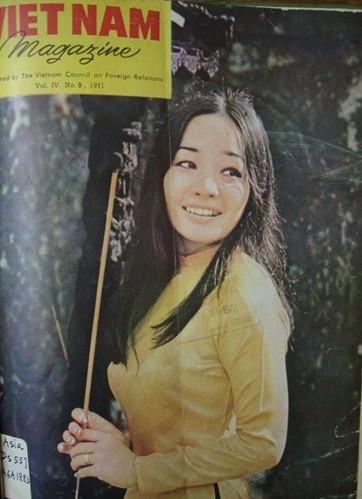 Hot girl Sài Gòn Nguyễn Thi Kim Anh, 24 tuổi, tốt nghiệp tại một trường trung học Công Giáo ở Đà Lạt, có sở thích chơi quần vợt và bơi lội, đang làm việc cho một công ty kinh doanh tại Sài Gòn thời điểm năm 1971.