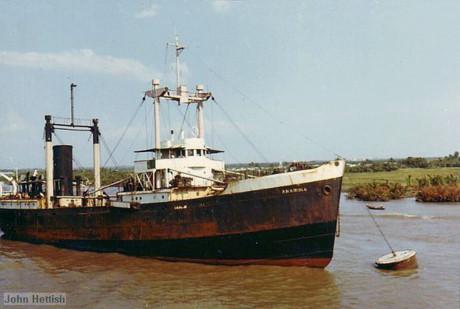 Tàu chở hàng trên sông Sài Gòn.