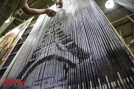 Là người làm nghề lâu nhất, hơn 50 năm kinh nghiệm trong nghề anh Văn đang thực hiện bức họa mành trúc tháp Eiffel để giao hàng cho một đơn vị đặt hàng từ Pháp.
