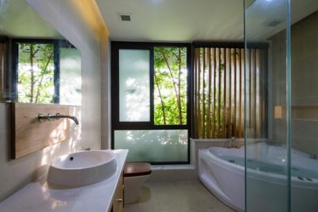 Phòng tắm hiện đại, tiện nghi ngay cạnh những cây tre xanh mướt.